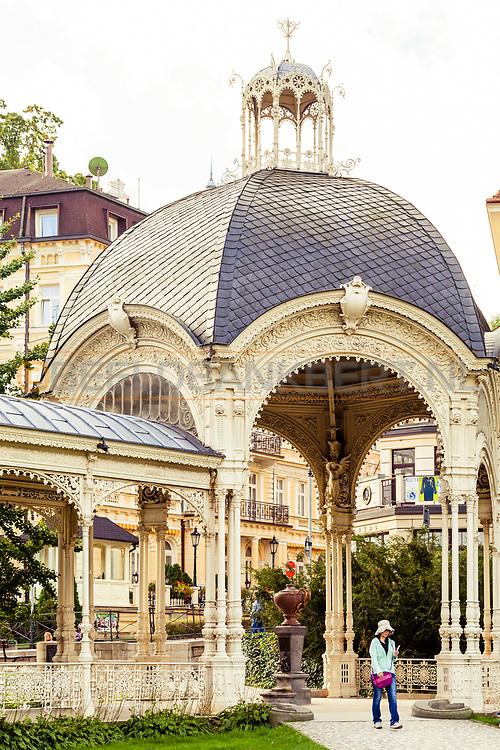 20-09-2015: Stadscentrum in Karlovy Vary (Karlsbad), Tsjechië. Foto: Mooie gebouwen en prieeltjes