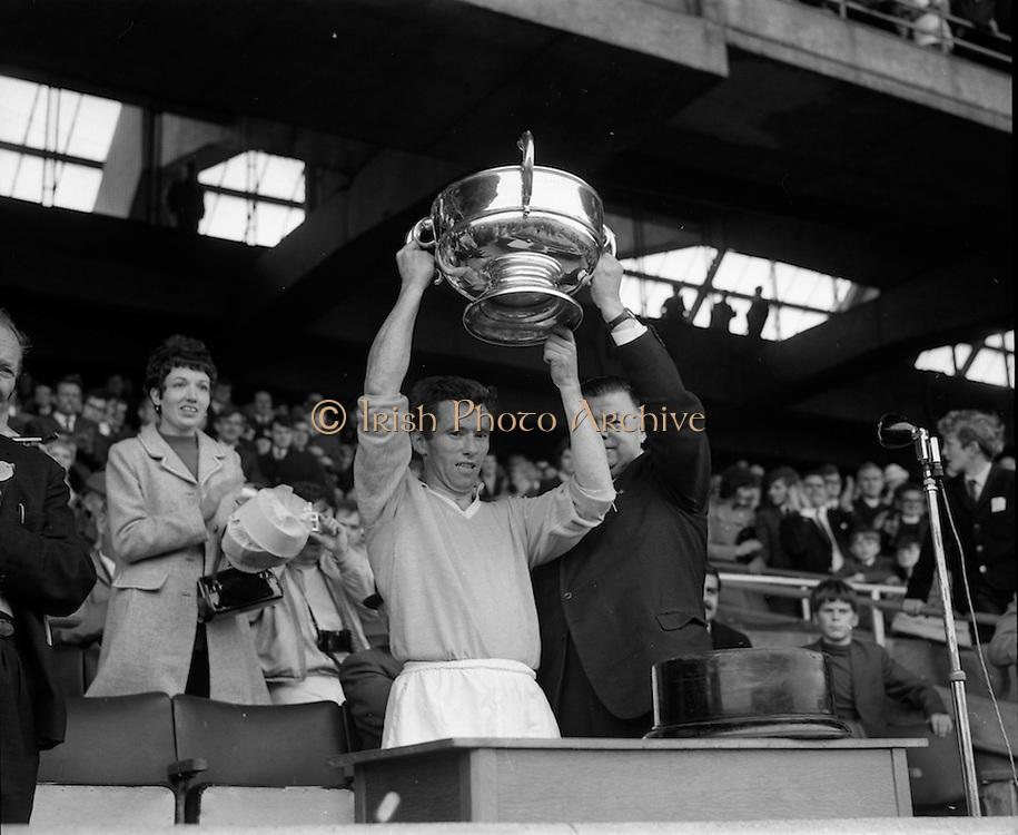 04/10/1970<br /> 10/04/1970<br /> 10 April 1970<br /> All-Ireland Intermediate Hurling Final: Antrim v Warwickshire at Croke Park, Dublin.<br /> Antrim Captain, Sean Burns, holds up the cup.