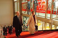 """03 NOV 1999, BERLIN/GERMANY:<br /> Reinhard Klimmt, SPD, Bundesverkehrsminister, und Mitarbeiterin auf dem Weg zur Kabinettsitzung vor dem Schriftzug """"Trotz Alledem!"""" der an die SED und DDR Vergangenheit des ehemaligen Staatsratsgebäudes erinnert, Bundeskanzleramt<br /> IMAGE: 19991103-01/01-25"""