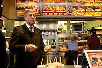 14 JUL 2004, BERLIN/GERMANY:<br /> Wolfgang Clement, SPD, Bundeswirtschaftsminister, besucht die Filiale Buckower Damm der Fastfood Kette Burger King um im Rahmen seiner Ausbildungstour um fuer zusaetzliche Ausbildungsplaetze zu werben - hier verspeist er einen selbst hergestelltem Wopper, Ausbildungsoffensive 2004 der Initiative TeamArbeit fuer Deutschland<br /> IMAGE: 20040714-01-024<br /> KEYWORDS: Ausbildungsplätze, Ausbildung, Ausbildungsplatz, Mac Donalds, Hamburger, isst, ißt, essen