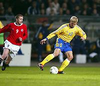Fotball, 17. april 2002. Landskamp herrer, Norge v Sverige (Norway v Sweden 1-1), Ullevaal stadion. Marcus Allbäck, Sverige, og Trond Andersen, Norge.