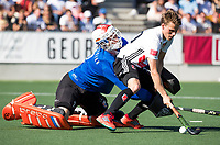 AMSTELVEEN  - Hockey -  1e wedstrijd halve finale Play Offs dames.  Amsterdam-Bloemendaal (5-5), Bl'daal wint na shoot outs. keeper Jaap Stockmann (Bldaal) met Tijn Lissone (A'dam)  tijdens de shoot outs.  COPYRIGHT KOEN SUYK