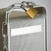 Nederland Rotterdam 10-08-2009 20090810 Foto: David Rozing ..Serie wet bescherming persoonsgegevens, digitale gegevens, gevoelige informatie, privacywetgeving, informatie.  Holland, The Netherlands, dutch, Pays Bas, Europe, computer, digitaal, digitale snelweg,  ict, dataverkeer, informatiestroom, informatiestromen, technologie, i.c.t., firewall, hacker, hardware, it, computer, cyber, cyberspace, cybercrime, hacken, internet, dataopslag, data opslag, computernetwerk, cracker, crackers, kraker, krakers, computervirussen, spyware, spam en denial of service attacks, filteren, filtering, TCP/IP, epd, e.p.d., elektronisch patientendossier, hangslot, apple, mac, desktop, personal computer, ketting, vertrouwelijke, vertrouwelijk..Foto: David Rozing