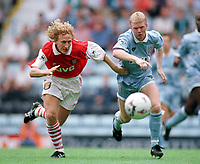 Fotball<br /> Foto: Colorsport/Digitalsport<br /> NORWAY ONLY<br /> <br /> RAY PARLOUR (ARSENAL) DAVID BURROWS (COVENTRY CITY). COVENTRY CITY 0:0 ARSENAL, 26/8/95.