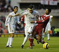 Fotball<br /> Premier League England 2004/2005<br /> 18.12.2004<br /> Foto: SBI/Digitalsport<br /> NORWAY ONLY<br /> <br /> Middlesbrough v Aston Villa<br /> Barclays Premiership, 18/12/2004.<br /> <br /> Aston Villa's Juan Pablo Angel (C) tries to power his way past Middlesbrough's Michael Reiziger