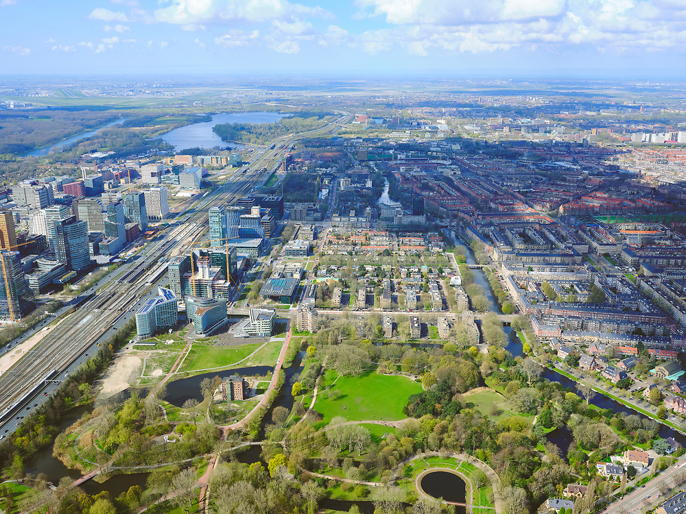 Nederland, Noord-Holland, Amsterdam; 16-04-2021; Beatrixpark, gezien in westelijke richting, in het verlengde de Prinses Irenestraat. Links de Zuidas.<br /> Beatrix Park, seen in a westerly direction, with in the extension of the Prinses Irenestraat. On the left the Zuidas.<br /> <br /> luchtfoto (toeslag op standard tarieven);<br /> aerial photo (additional fee required)<br /> copyright © 2021 foto/photo Siebe Swart