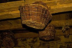 """Cantina e Casa Strapazzon foi construida totalmente em pedra irregular por volta de 1880, pelo imigrante Giovanni Strapazzon. Sem passar por nenhum processo de restauro, possui as características das casas de pedra da primeira geração de imigrantes. Com a construção da nova residência o prédio passou a assumir as funções de cantina que mantém até hoje. Sempre pertenceu à família Strapazzon e foi cenário, em 1995, de algumas cenas do filme """"O Quatrilho"""". Foto: Lucas Uebel/Preview.com"""