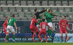 Kevin Stuhr Ellegaard (FC Helsingør) bokser til bolden under kampen i 1. Division mellem Viborg FF og FC Helsingør den 30. oktober 2020 på Energi Viborg Arena (Foto: Claus Birch).