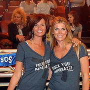 NLD/Hilversum/20070518 - Finale SBS6 So you wannabe a Popstar 2007, Leontien Borsato en Danielle Overgaag met een tshirt Fuck You paparazzi