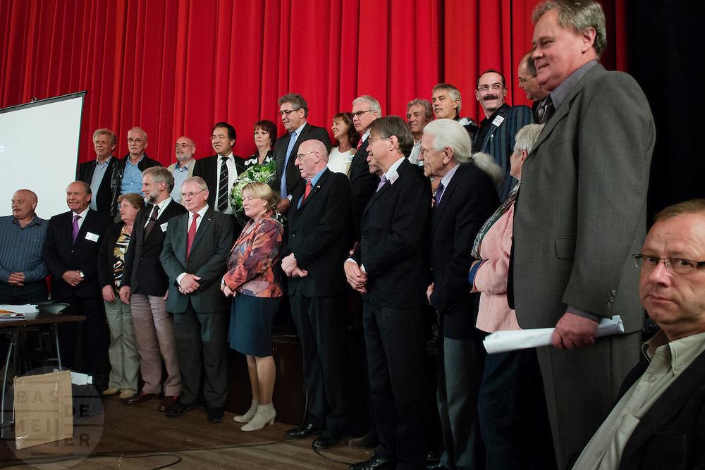 De kandidaten van 50Plus, met staand 6e rechts Henk Krol. In Hilversum houdt de 50Plus partij haar verkiezingscongres. Tijdens het partijcongres wordt Henk Krol gekozen tot de lijsttrekker. Jan Nagel is de partijvoorzitter.<br /> <br /> The candidates of the 50Plus party. The 50Plus party, a political party aiming mostly at the people of 50 years and older, is having its congress in Hilversum. Henk Krol, former chief editor of the Gaykrant, is elected as leader. Jan Nagel is the chairman.
