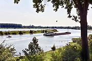 Nederland, Alem, 6-8-2018Bij Alem wordt de landtong die van het dorp een schiereiland maakt weggegraven en vervangen door een brug waardoor extra ruimte voor de maas ontstaat voor een betere afvoer van het water bij hoog water.  De Maas krijgt de ruimte. Door de aanleg van natuurvriendelijke oevers ontstaat er een geleidelijke overgang van water naar land. Op veel plaatsen langs de meanderende maas zijn nevengeulen aangelegd om het water meer ruimte te geven .Foto: Flip Franssen