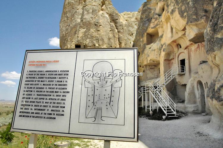 Turkije, Goreme, 7-6-2012 De bizarre rotsformaties van cappadocie zijn een toeristische trekpleister. In het gebied leefden al in de eerste eeuwen na christus christenen die er hun kloosters en kerken in de zachte kalksteen uithouwden. Schilderingen,muurschilderingen zijn nog duidelijk zichtbaar .Foto: Flip Franssen