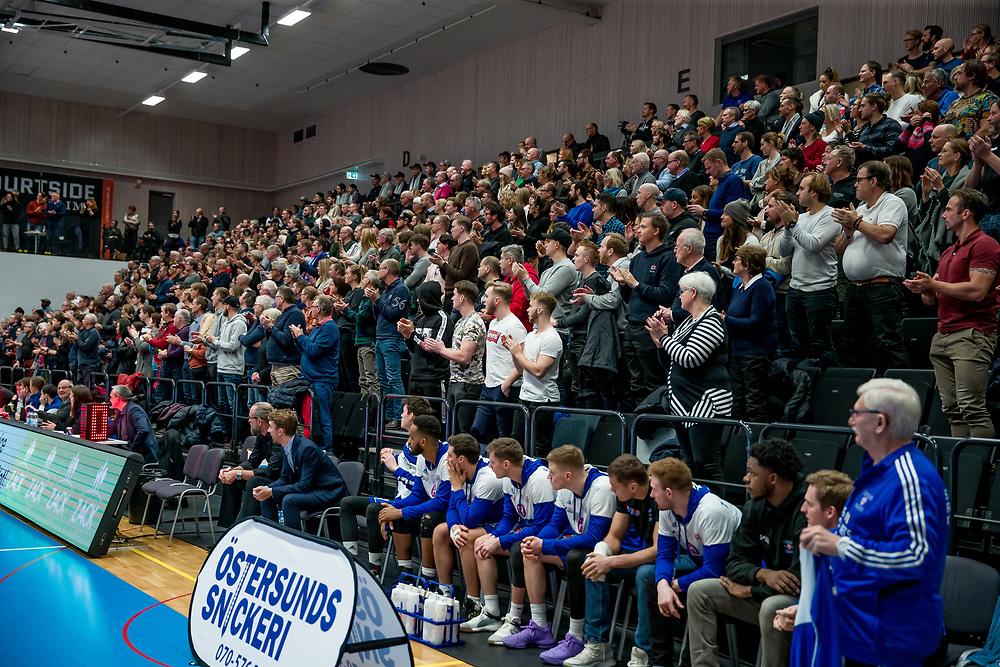 JÄMTLAND BASKET - BORÅS 2019-12-10<br /> Hemmapubliken står upp och applåderar under tisdagens match i Basketligan melllan Jämtland Basket och Borås.<br /> <br /> Foto:Per Danielsson/Projekt P