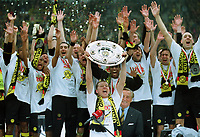 Fotball. Bundesliga 2001/2002. 04.05.2002.<br />Borussia Dortmund tyske mestere.<br />Kapteinen Stefan Reuter med skjoldet.<br />Foto: Uwe Speck, Digitalsport