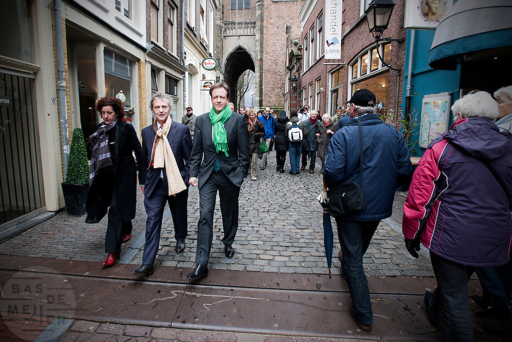Samen met Roger van Boxtel (tweede van links) loopt Alexander Pechtold door Utrecht. <br /> <br /> Roger van Boxtel and Alexander Pechtold, leaders of the Dutch Democrats D'66, are walking in the center of Utrecht to campaigning for the next elections.