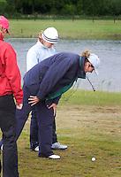 Biddinghuizen - Voorjaarswedstrijd dames 2007. Referee Pluis bekijkt de ligging van de bal van Marincke Gerbranda.