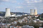 Belgie, Huy, Tihange, 14-4-2013 De kerncentrale van Tihange, bij de waalse stad Huy. The nuclear power plant, near the city of Huy. Twee van de drie reactoren zijn stilgelegd omdat er haarscheurtjes zijn gevonden in het reactorvat. Belgie leunt zwaar op kernenergie.Foto: Flip Franssen/Hollandse Hoogte