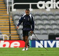 Fotball<br /> Foto: SBI/Digitalsport<br /> NORWAY ONLY<br /> <br /> Newcastle United v Tottenham Hotspurs<br /> Barclays Premiership, St James Park, Newcastle upon Tyne 21/08/2004.<br /> <br /> Newcastle's Kieron Dyer is kept on a leash at St James Park.