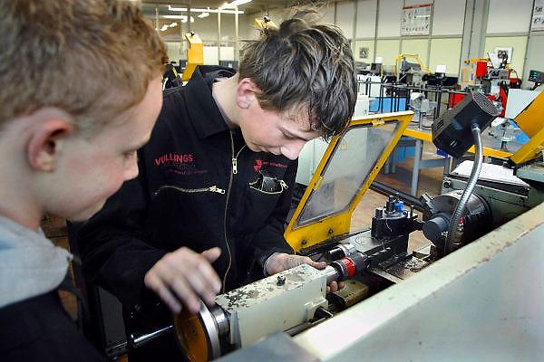 Nederland, Horst, 18-12-2007..VMBO onderwijs aan het Dendron college. Twee leerlingen staan aan een draaibank in het praktijklokaal...Foto: Flip Franssen/Hollandse Hoogte