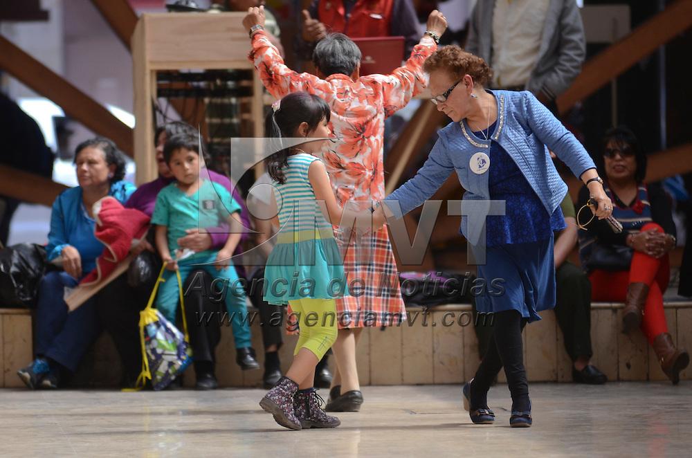 Toluca, México (Abril 28 2016).- Una mujer de la tercera edad baila con una niña dentro del evento cotidiano de los jueves jubilosos en la concha acústica de la capital mexiquense. Agencia MVT / Arturo Hernández.