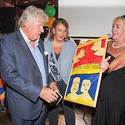 NLD/Blaricum/20160906 - Willibrord Frequin viert 75 ste verjaardag in Moeke Spijkstra, Willibrord Frequin krijgt schilderij van Viola Holt