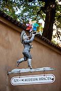 Schild vom Spielzeugmuseum in der Nöhe der Prager Burg.