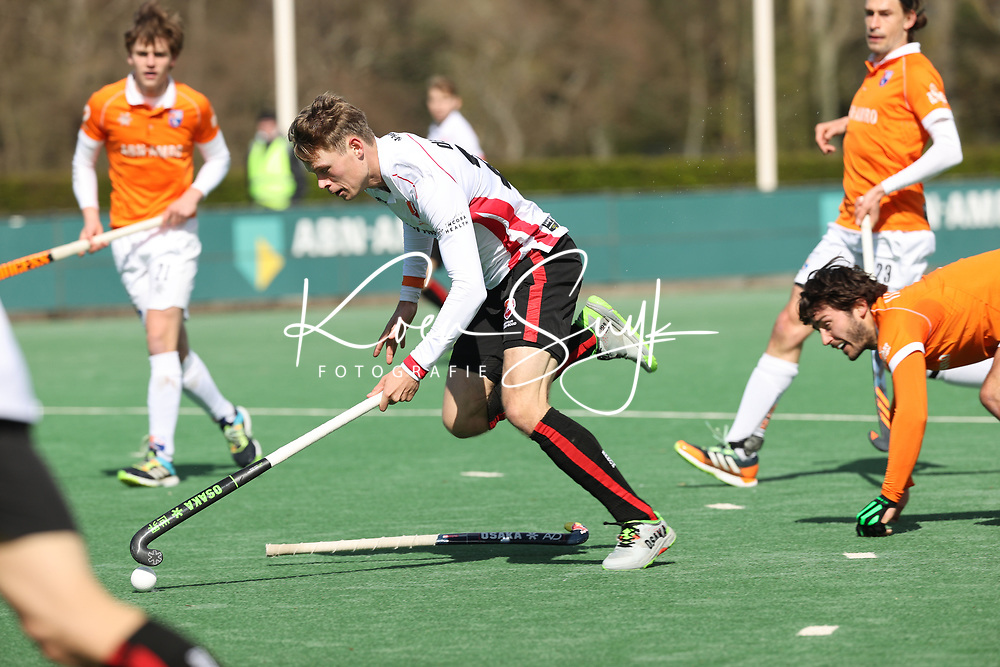 BLOEMENDAAL - Max de Bie (Oranje Rood) met rechts   Arthur van Doren (Bldaal)  tijdens de hoofdklasse hockeywedstrijd dames , Bloemendaal-Oranje Rood  (3-1).  COPYRIGHT KOEN SUYK
