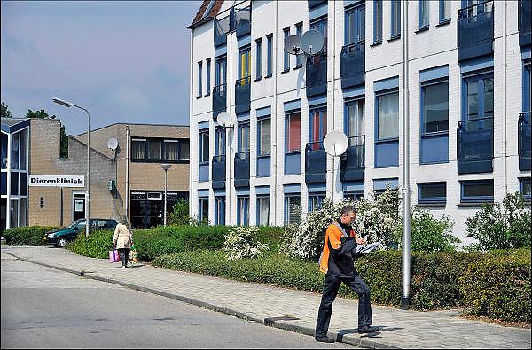 Nederland, Nijmegen, 28-4-2015Een postbode maakt zijn ronde door de wijk Lindenholt.FOTO: FLIP FRANSSEN/ HH