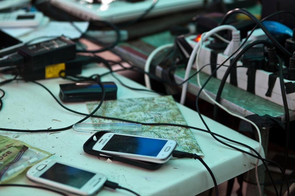 À Vintimille, entre France et Italie, les militants du réseau No Border portent assistance à des réfugiés qui se retrouvent là devant une énième frontière à franchir. Les migrants trouvent au camp l'occasion de recharger leurs portables, indispensables instruments pour la traversée.