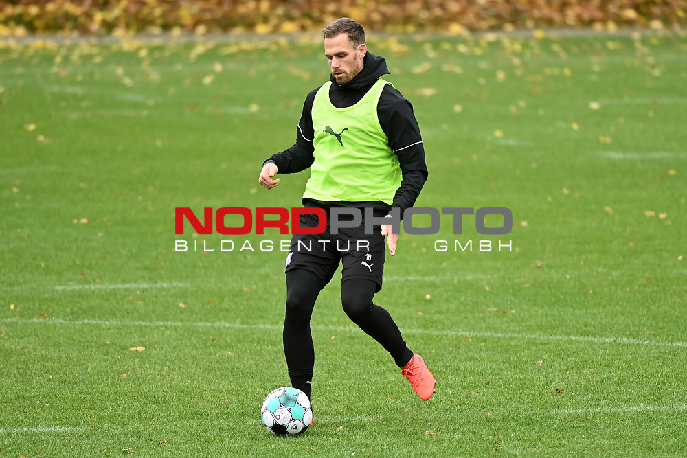 19.11.2020, Sportpark Illoshöhe, Osnabrück, GER, 2. FBL, Training VfL Osnabrück <br /> <br /> im Bild<br /> Maurice Trapp (VfL Osnabrück) am Ball.<br /> <br /> Foto © nordphoto / Paetzel