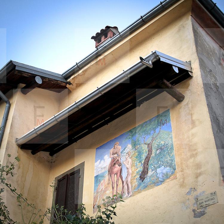 """Arcumeggia il paese dipinto in provincia di Varese. """"San Martino dona parte del mantello al povero"""" Aligi Sassu 1991"""