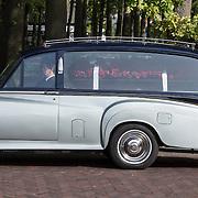 NLD/Laren/20130102 - Uitvaart John de Mol Sr., rouwauto verlaat de ouderlijk woning om familie op te halen
