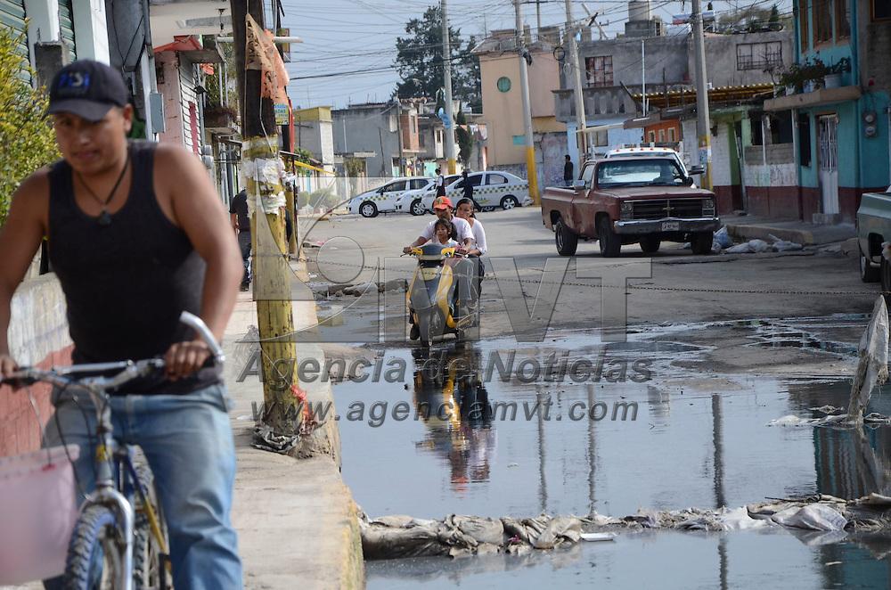 Ocoyoacac, México (Octubre 20, 2016).- Vecinos  de San Pedro Cholula bloquearon la carretera de acceso a Ocoyoacac exigiendo a la alcaldesa, Diana Pérez Barragán, de solución a la inundación de aguas negras en la que viven desde hace tres meses.  Agencia MVT / José Hernández.