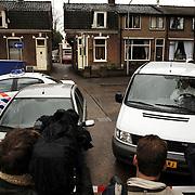 Schietpartij Hilvertsweg 17 Hilversum, KLPD politieagent Frans Nijhoff pleegt zelfmoord na doodschieten vrouw en kinderen.overzicht, straat, pers, afzetting, camera, media, drama, politieauto
