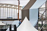 Nederland, Nijmegen, 10-7-2019De voorbereidingen voor de komende vierdaagse en bijhorende zomerfeesten zijn in volle gang. Verschillende podia in de stad, zoals op de Waalkade, worden opgebouwd. Op de Wedren wordt de start en finish opgebouwd. De vierdaagse en bijhorende zomerfeesten zijn het grootste evenement van Nederland .Foto: Flip Franssen