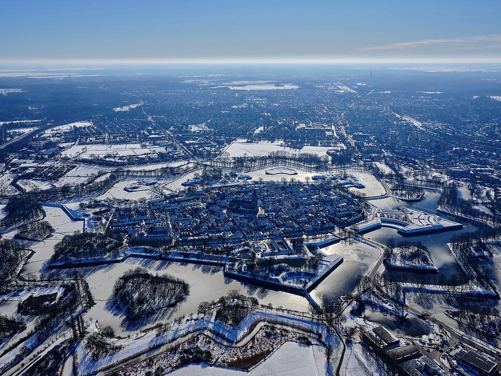 Nederland, Noord-Holland, Gooise Meren, 13-02-2021; Winterlandschap Vesting Naarden, vesting met bastions en omwalling. De stervorm van de vestingstad is door de sneeuw goed te onderscheiden.<br /> Star-shaped historical fortress in the snow.<br /> luchtfoto (toeslag op standaard tarieven);<br /> aerial photo (additional fee required)<br /> copyright © 2021 foto/photo Siebe Swart