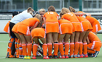 EINDHOVEN - Oranje zaterdag bij de oefenwedstrijd tussen het Nederlands team van Jong Oranje Dames en dat van de Vernigde Staten. Volgende week gaat het WK-21 in Duitsland van start. FOTO KOEN SUYK