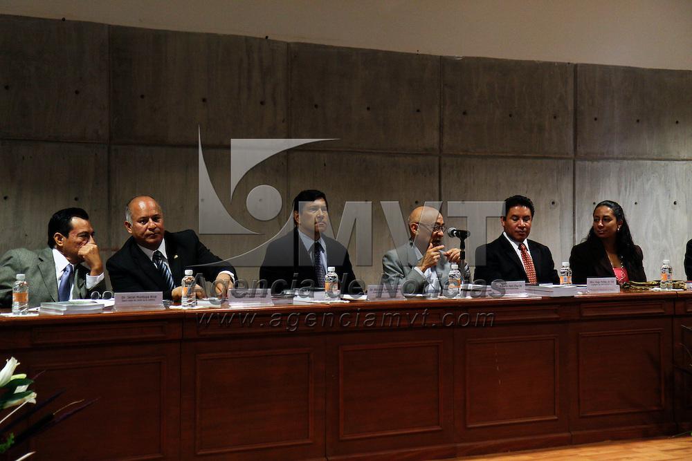 """TOLUCA, México.- El Centro de Investigación y Estudios Avanzados de la Población de la UAEM, presentó el libro """"Análisis sociodemográfico del envejecimiento en el Estado de México"""", en donde se habla que actualmente el 7.5 de los mexiquenses son adultos mayores, y para el 2025 será el 18 por ciento de la población. Agencia MVT / Crisanta Espinosa. (DIGITAL)"""