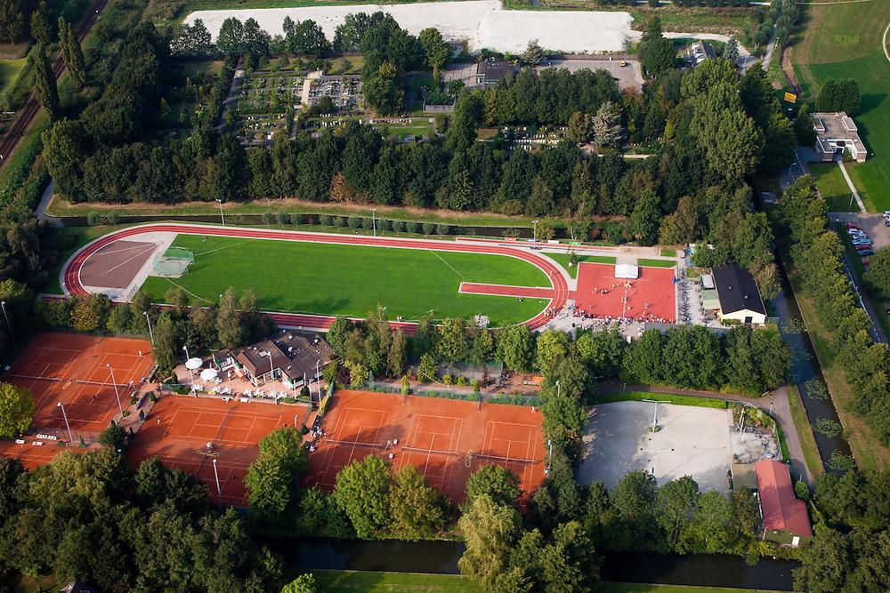 Nederland, Zuid-Holland, Boskoop, 19-09-2009; atletiekbaan en tennisvelden, sintelbaan en kunstgras .athletics track and tennis courts.luchtfoto (toeslag), aerial photo (additional fee required).foto/photo Siebe Swart