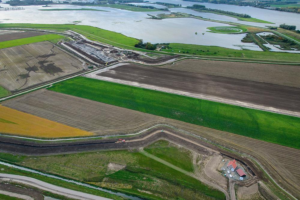 Nederland, Noord-Brabant, Werkendam, 23-10-2013; Ruimte voor de Rivier project Ontpoldering Noordwaard. Voor dit project worden delen van de polder ontpolderd en de dijken worden verlegd en/of verlaagd waardoor bij hoogwater het rivierwater ook door de polder sneller weg kan stromen richting zee. Gevolg van de ingrepen is ook dat de waterstand verder stroomopwaarts zal dalen. Particuliere huizen en boerderijen worden verplaatst naar nieuw opgeworpen terpen. Boven in beeld het deel van de polder wat al ontpolderd is. Kunstwerk  De Wassende Maan van kunstenaar Paul de Kort rechtsboven.<br /> National Project Ruimte voor de Rivier (Room for the River) By lowering and / or moving the dike of the Noordwaard polder the area will become subject to controlled inundation and function as a dedicated water detention district. Houses and farmhouses will be constructed on new dwelling mounds. Landart Growing Moon by artist Paul de Kort top right.<br /> luchtfoto (toeslag op standard tarieven);<br /> aerial photo (additional fee required);<br /> copyright foto/photo Siebe Swart