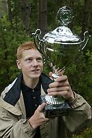 Orientering - O-treff i Fetsund 23. juni 2002. Øyvind Vaterdal fikk overrakt orienteringsbladet Veivalgspokal for sin seier i H15.<br /> <br /> Foto: Andreas Fadum, Digitalsport