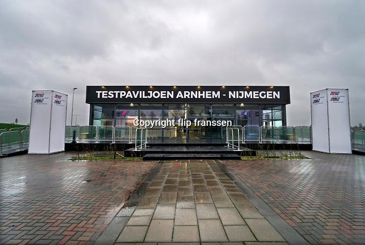 Nederland, Nijmegen, 3-12-2020  Langs de a325 in Lent wordt een mega testlocatie van de GGD gebouwd . Het xl-paviljoen is bijna klaar en kan een groot aantal coronatests per dag, rond de 4000, voor de bewoners in de regio arnhem nijmegen en betuwe uitvoeren .Foto: ANP/ Hollandse Hoogte/ Flip Franssen