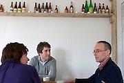 Ruth Peetoom bezoekt tijdens haar campagne als kandidaat-voorzitter van het CDA de nieuwe bierbrouwerij De 7 Deugden in Amsterdam, waar mensen werken die niet in aanmerking komen voor een reguliere baan. De brouwerij is opgezet door voormalig CDA-medewerker en oud-stadsdeelraadlid Garmt Haaksma (rechts). In het midden zit campagnemedewerker Wietze Smid.