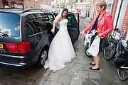 Een bruid verlaat haar huis.<br /> <br /> A bride is leaving her home.