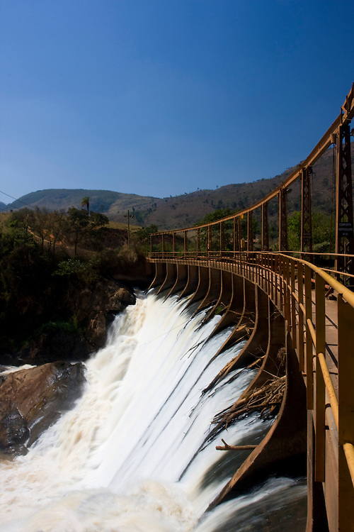 Jeceaba _ MG, Brasil...Ponte de estrada de ferro em cima de uma cachoeira em Jeceaba, Minas Gerais. ..Bridge of railway on the waterfall in Jeceaba, Minas Gerais...Foto: LEO DRUMOND /  NITRO