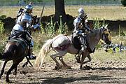 Te Paard - Historisch paardenspektakel bij het Nationaal Militair Museum  - NMM. Tijdens 'Te Paard!' ontdekken bezoekers de rol van het paard binnen de krijgsmachten van vroeger en nu. Naast een show in de arena zijn er verschillende demonstraties.<br /> <br /> Op de foto:  Show in de Arena met Ridders te paard