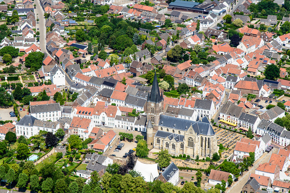 Nederland, Limburg, Gemeente Maasgouw, 26-06-2014; Thorn, 'Het Witte Stadje' met in het centrum de Sint-Michaelkerk (Stiftkerk). De huizen werden oorspronkelijk gewit met kalk (kalken).<br /> Thorn, 'the white village' known for its white-washed brick houses in the centre of town.<br /> luchtfoto (toeslag op standaard tarieven);<br /> aerial photo (additional fee required);<br /> copyright foto/photo Siebe Swart