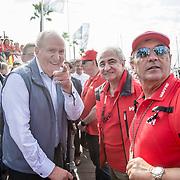 © Maria Muina I MAPFRE. El Rey Don Juan Carlos despide a la tripulación del MAPFRE en Alicante para disputar la etapa 1. His Majesty the King of Spain Don Juan Carlos  says good bye to MAPFRE sailing crew for start of leg 1 in Alicante.