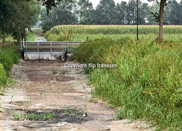Nederland, Noord Brabant, 15-8-2020  Door de aanhoudende droogte, zijn op de hogere zandgronden zoals de achterhoek, veluwe en brabant veel waterlopen zoals beken en afwateringskanalen droogevallen of bijn droog .Hier in de buurt van Stevensbeek waar de oefeltse raam en de sambeekse uitwatering lopen . Het is het derde jaar op rij dat het droge weer en neersalgtekort de watervoorziening in deze gebieden ernstig verstoort . Veel boeren, landbouwers komen met de beregening van hun akkers en weilanden in de problemen  .Foto: ANP/ Hollandse Hoogte/ Flip Franssen