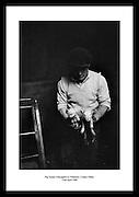 En grisebonde med to griseunger avbildet i Tullamore, Offaly County (fylke), 22 april 1968. Ønsker.du å se bilder av hvordan livet var i Irland på 1960 tallet? Se bildene hos Irish Photo Archive! Tusenvis.av bilder tatt av profesjonelle.